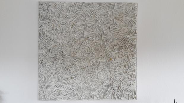 A. Grathwohl, Broken dreams, 2015-16, cm 90x90x3, piatti di ceramica, cemento, metodo diretto, courtesy dell'artista