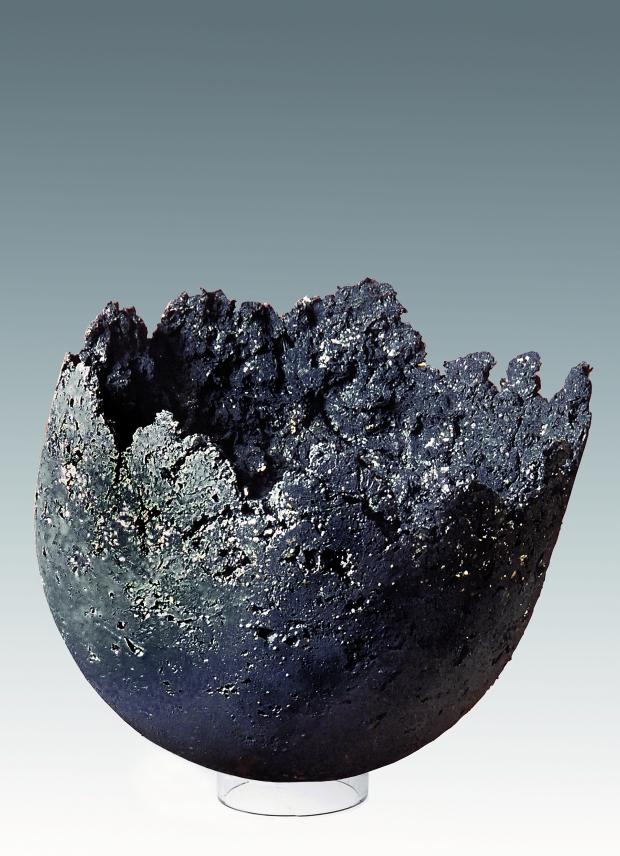 Forma Nera 2-2002 cm 46,5x45 agilla refrattaria, ossidi, lustro in vernice.