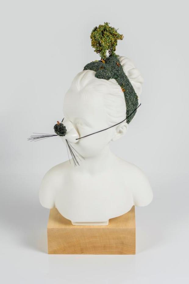 La Siesta, Porcellana smaltata e resina, 22 x 40 x 10 cm, 2018 - N. Torres(1)