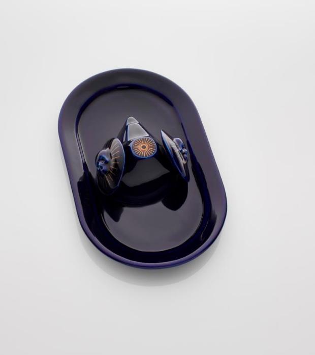 Máscara en la bandeja I, Porcellana smaltata a lustro dorato, 20 x 9 x 33 cm, 2018 - N. Torres